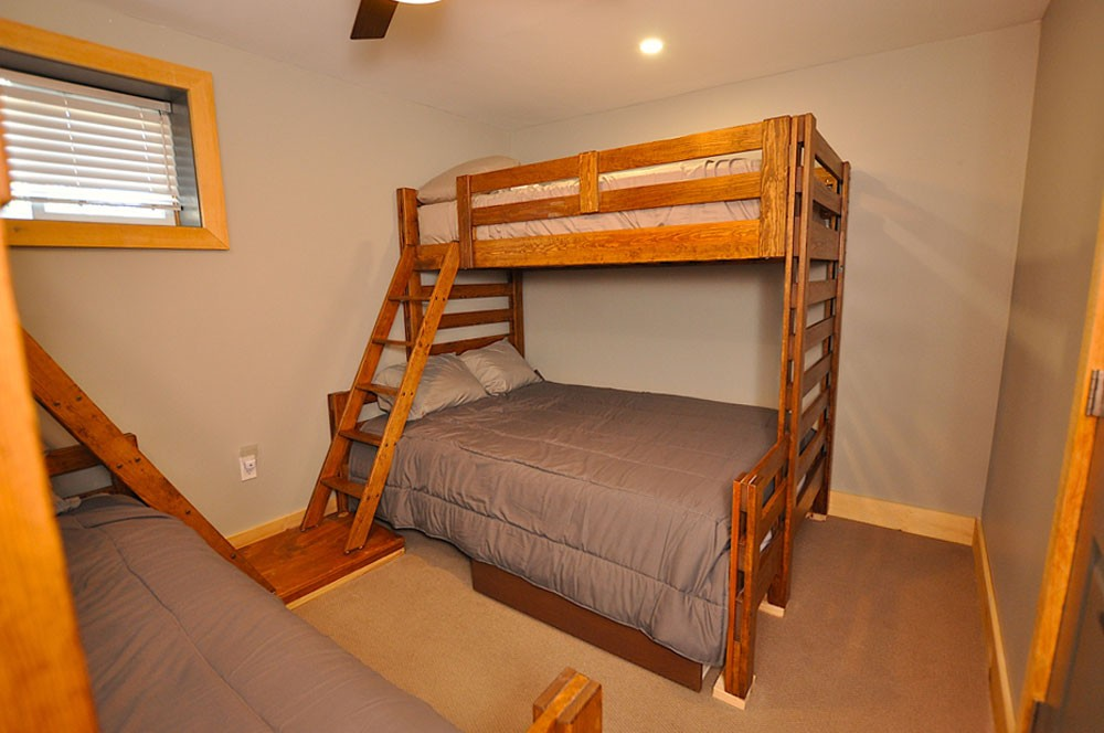 Bedroom (2 Doubles with Single Bunks Over)