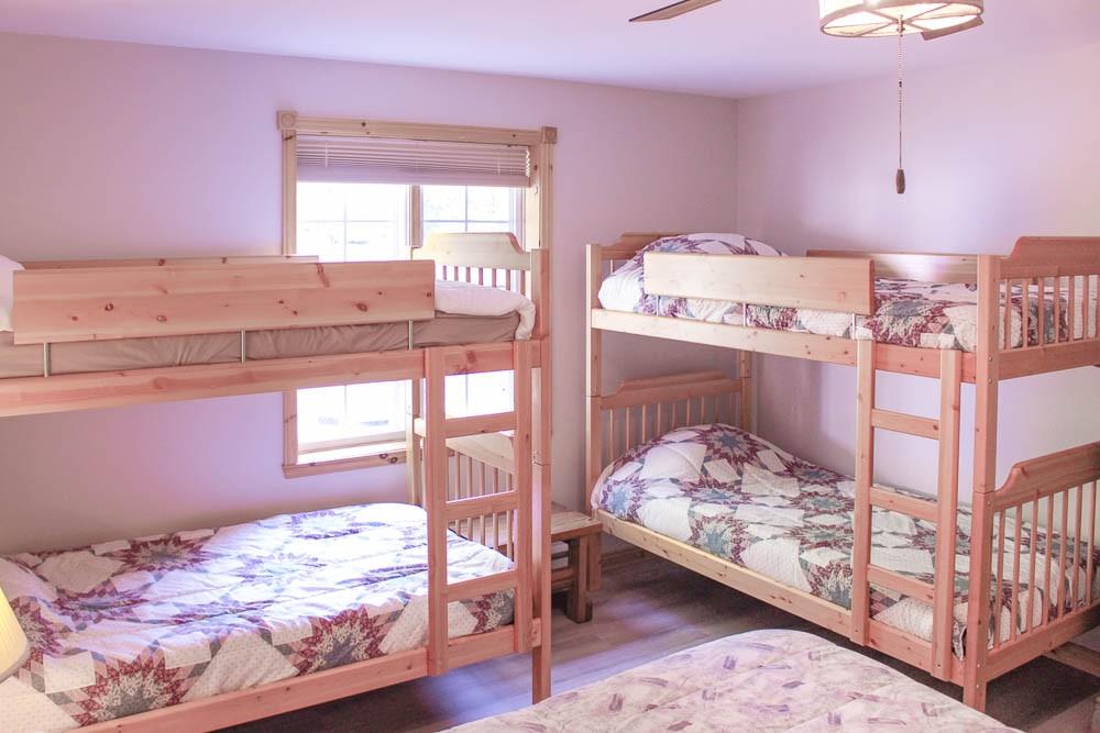 Bedroom (Queen & 4 Bunks)