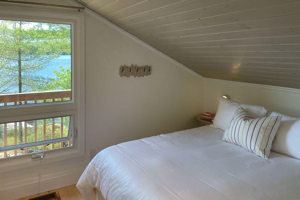 Bedroom (Queen with Deck)